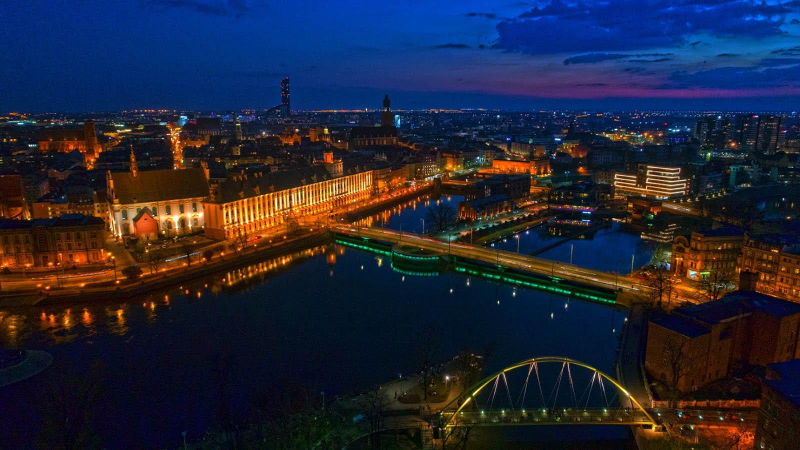 Wrocław po zmroku z drona